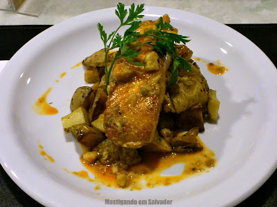 Zafferano Cucina Italiana: O Salmone al Burro di Gamberetti i Capperi (Salmão, Camarões, Alcaparras e Batatas)