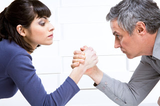 5 Cara Elegan Hadapi Rekan Kerja yang Memusuhi Anda