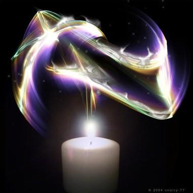 Vela acesa com efeito luminoso multicolorido