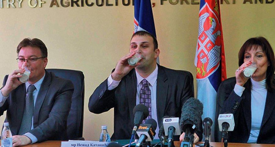 Tri člana Ministarstva poljoprivrede pred novinarima piju mleko