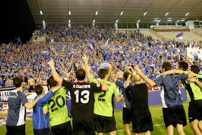 Equipo y afición del Real Oviedo celebrando el pase de la eliminatoria