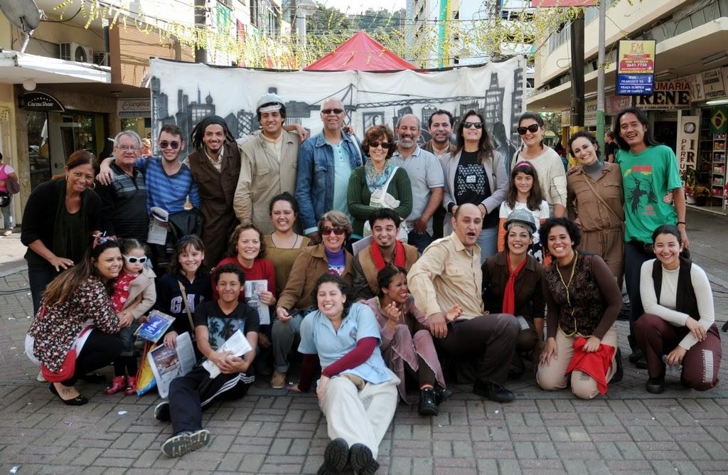 O Secretário de Cultura, Arnaldo Almeida, a Subsecretária Cléo Jordão, Licko Turle, agentes culturais e o elenco da peça