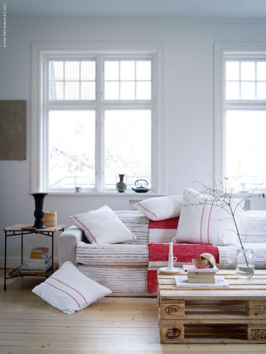 Un lienzo en blanco con mínimos detalles de color, elegante, cálido