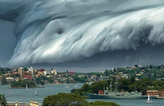 """Awan Tsunami """"Menggulung"""" Kota Sydney"""