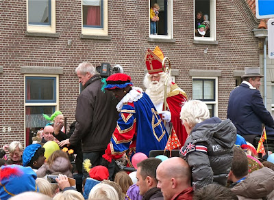 Sinterklaas en Zwarte Piet in de koets in Katwijk - 2013