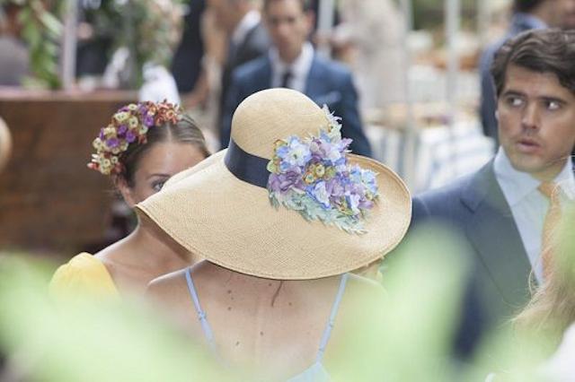 Invitadas elegantes y con sombrero de rafia a todo for Tocados elegantes para bodas