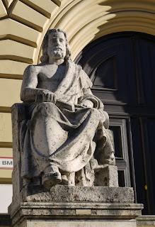 Aristoteles vor der Bayerischen Staatsbibliothek