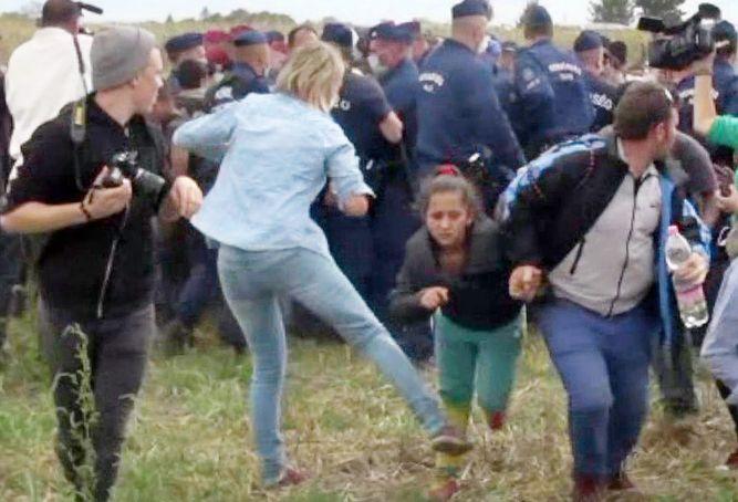 Periodista húngara golpea migrantes
