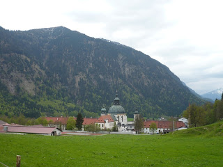 """Kloster Ettal, dahinter die <a href=""""index.php?p=45"""">Notkarspitze</a>"""