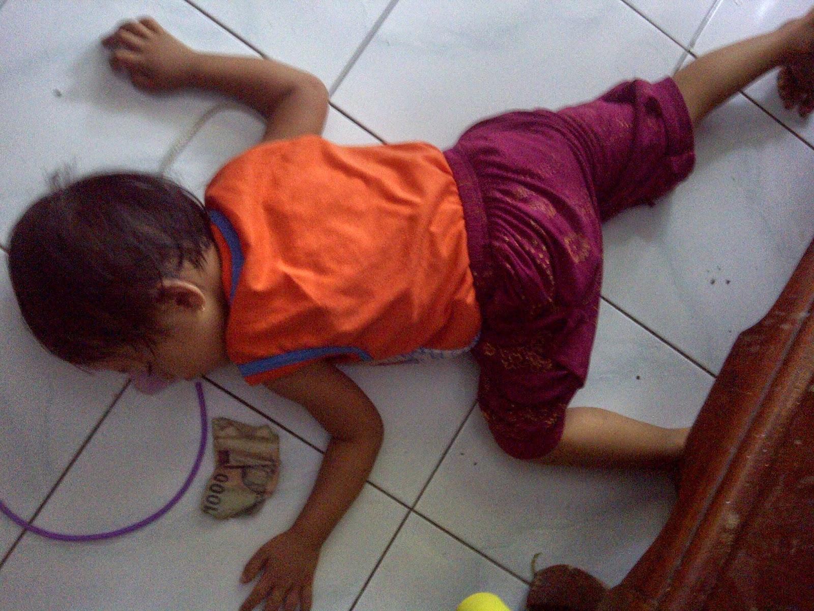 Anak Perempuan 3 Tahun Tidur Di Lantai