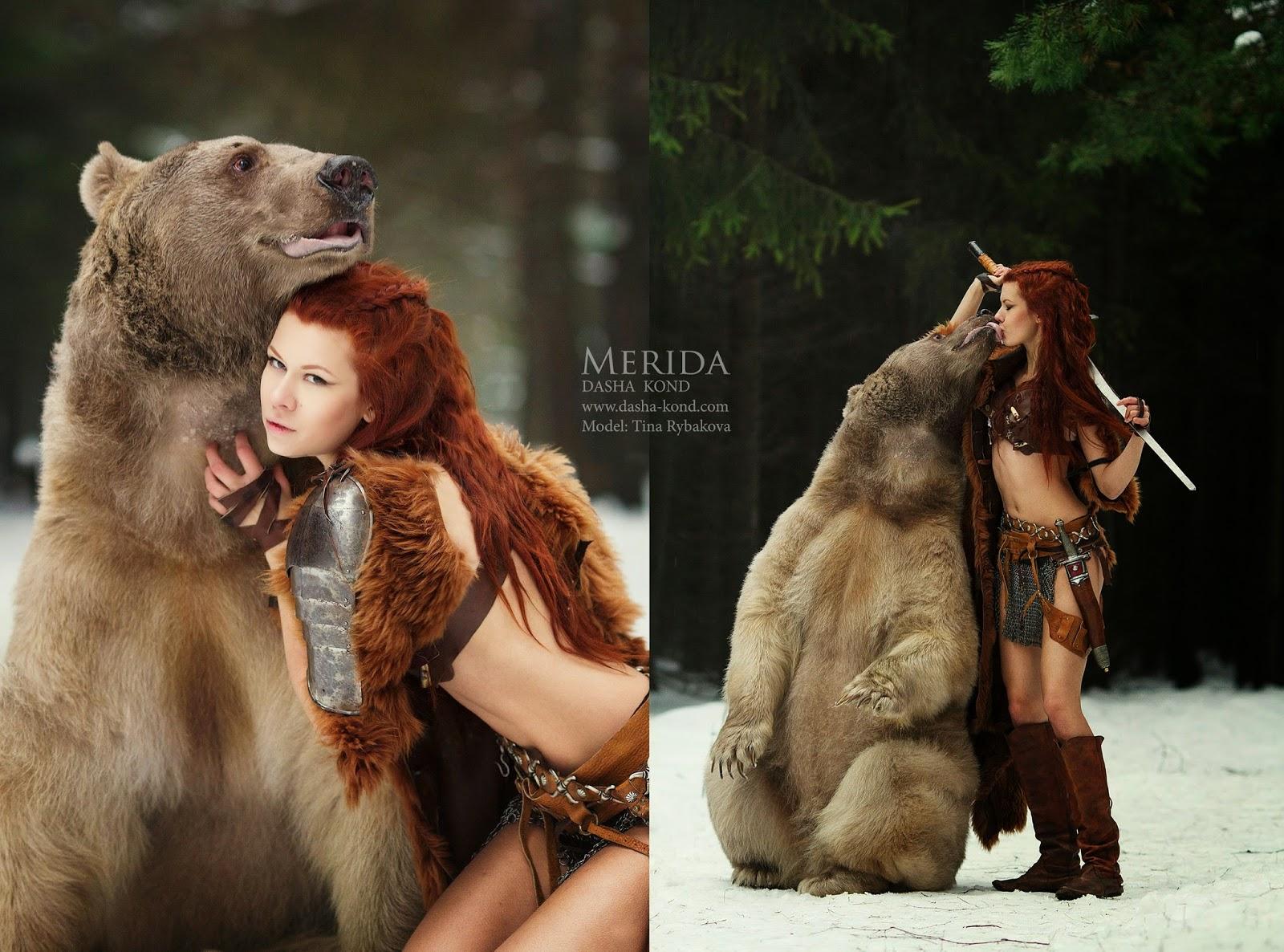 dyptique d'une femme en costume de merida serrant un ours dans ses bras  par Dasha Kond