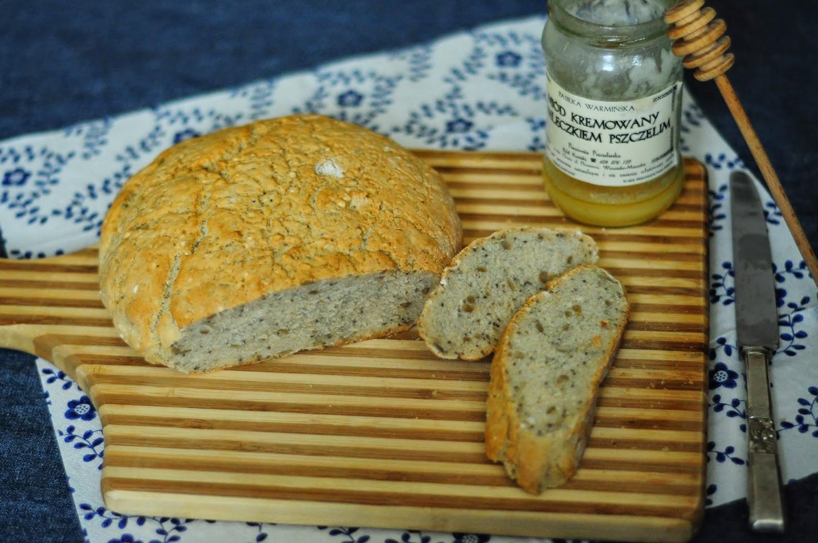 chleb żytni z nasionami chia, chleb na drożdżach, łatwy chleb do zrobienia w domu