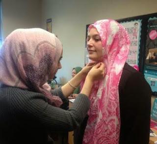 Pelajar non-Muslim Universiti Michigan cuba pakai Hijab untuk sehari