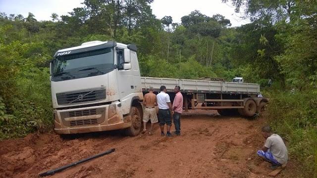Carreta fica atolada mais de 12hs na estrada de Maraú.