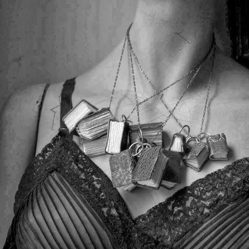 biżuteria w kształcie książki