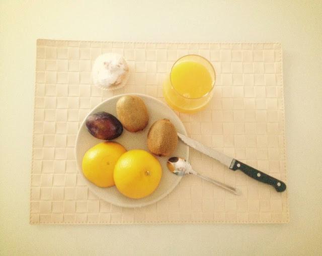 Foto del blog Foodpics Italy: Colazione, il buongiorno si vede dal mattino con frutta, spremuta, bigné