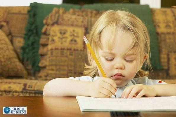 Los niños y los dibujos para que pinten con distintos elementos