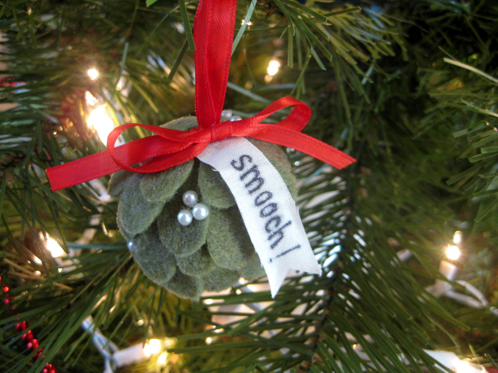 Stayathomeartist: Mistletoe Pomander Ornament