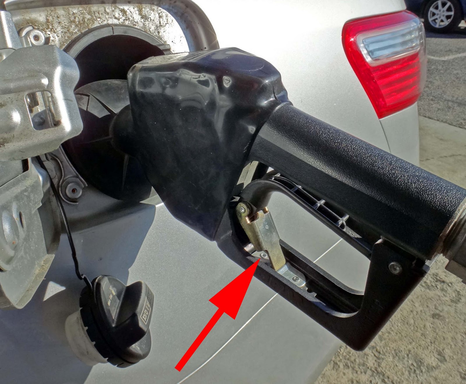Can You Leave Car Running While Pumping Gas