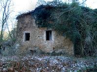 A la façana de llevant es pot apreciar la important acumulació de sediments que quasi cobreixen la part baixa de l'edificació