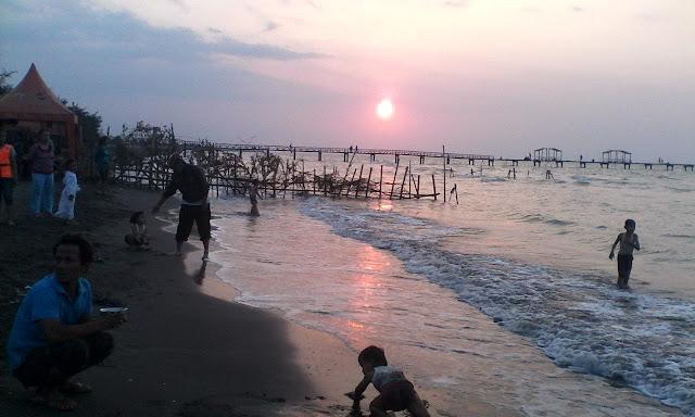 Panorama Indah Sore hari di Pantai Widuri