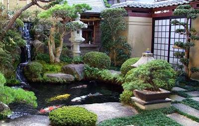 Taman dengan kolam ikan