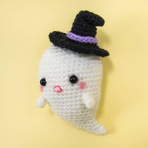 Crochet ghost, pattern and photo by Snacksies | Happy in Red