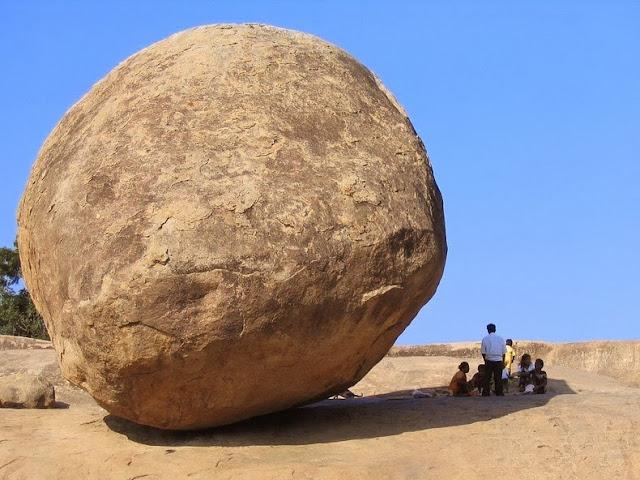 bola de mantequilla Mahabalipuram roca enorme en equilibrio