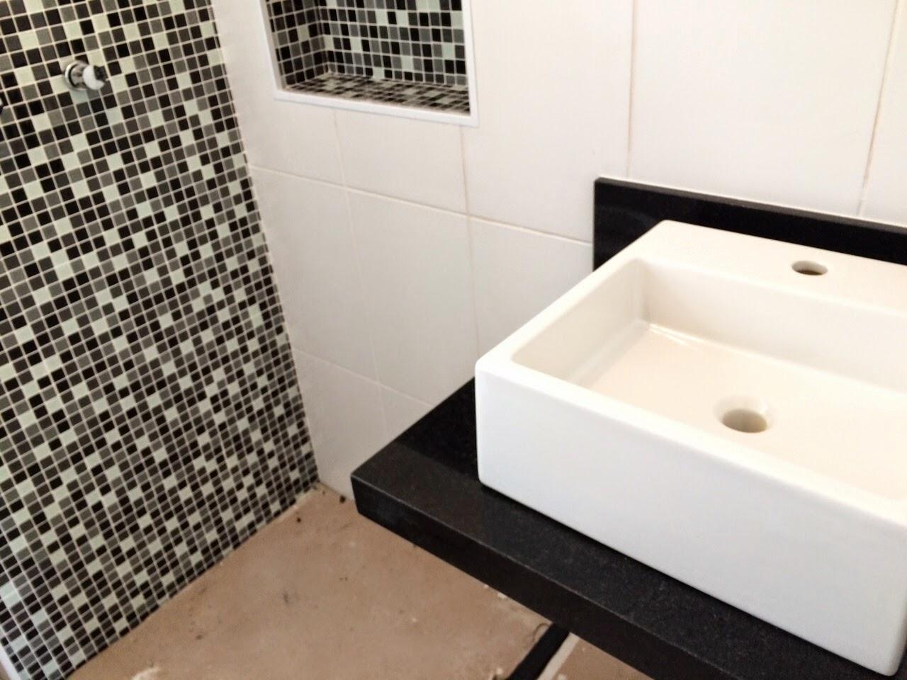 Eu particularmente amei a combinaçãoe apesar de ser um banheiro  #7E694D 1280x960 Bancada De Banheiro Em Granito