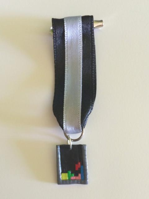 Foto medalla pantalla juego tetris realizado en fimo