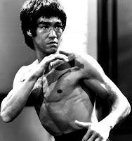 Biografi  Sebenarnya Bruce adalah anak yang rapuh bahkan ia termasuk anak yang susah makan. Sehingga ketika dia terlibat perkelahian ala jalanan ia mengalami kekalahan. Waktu itu ia berumur 14 tahun. Setelah berdiskusi dengan ibunya, ia memutuskan belajar seni bela diri.Jenis ilmu bela diri yang ia pelajari adalah Wing Chun, ia berguru dengan Sifu Yip Man. Ia juga berguru dengan master kungfu Siu Hon Sung. Biasanya dibutuhkan tiga minggu untuk menguasai 30 jurus Siu Hon Sung, Bruce Lee hanya memerlukan tiga malam saja. Disamping itu Bruce Lee juga mendapat ketrampilan anggar dari ayahnya. Ada satu hal unik, Bruce Lee tidak hanya mahir beladiri. Ternyata ia pintar menari cha-cha bahkan pada tahun 1958 ia berhasil meraih trophy Hongkong Cha-Cha Championship.  Seiring dengan berjalannya waktu, Bruce lee ingin sekali menguji keahlian kungfunya dalam perkelahian yang sesungguhnya. Maka ia pun terlibat dalam perkelahian jalanan. Polisi memberi peringatan kepada ibunya jika Bruce tidak menghentikan ulahnya maka ia akan ditahan. Lalu ayahnya membuat keputusan untuk mengirim Bruce ke Amerika agar menjadi orang yang lebih bertanggung jawab.Dengan berbekal 100 US$ berangkatlah ia ke tanah kelahirannya San Fransisco dengan kapal laut. Dalam perjalanan Bruce masih sempat mencari uang dengan memberi kursus tari cha-cha.  Di San Fransisco, Bruce dititipkan kepada teman ayahnya, Ruby Chow, pemilik sebuah restoran. Bruce pun ikut bekerja di restoran tersebut. Setelah menyelesaikan SMA, Bruce masih giat membina fisiknya. Baginya tidak cukup sekedar menjadi ahli seni bela diri yang baik, ia harus menjadi yang terbaik. Bruce pun kemudian memutuskan untuk melanjutkan kuliah di Seattle dan mengambil jurusan filsafat. Di universitas tersebut ia bersua dengan sesama teman dari Asia bernama Taki Kimura Kimura pernah mengalami serangkaian serangan rasialis. Didasari belas kasihan, Bruce memotivasi Kimura untuk meningkatkan harga dirinya dengan cara melatih dia seni beladiri. Inilah cikal bak