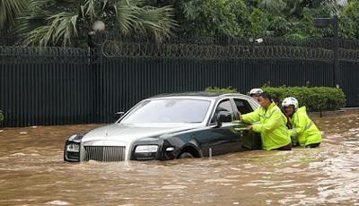 Achicando agua del Rolls-Royce Ghost Yakarta Bailing water