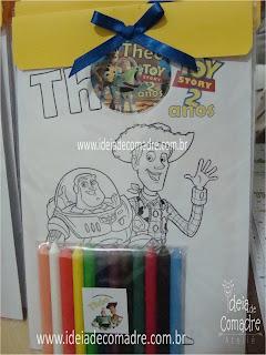 livro de colorir e giz de cera lembrança infantil