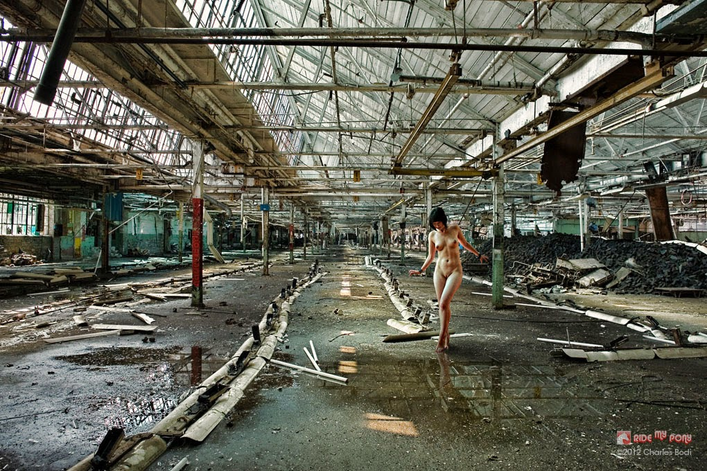 photo de charles bodi representant une femme nue dansun usine désaffecté