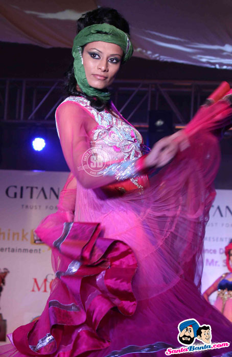 Model Walk the Ramp at Global Movie Independence Fashion Show  - (11) - Global Movie Independence Fashion Show Photos