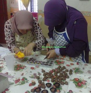 Pic ni sedang membuat coklat Praline with filling, yang tu Filling