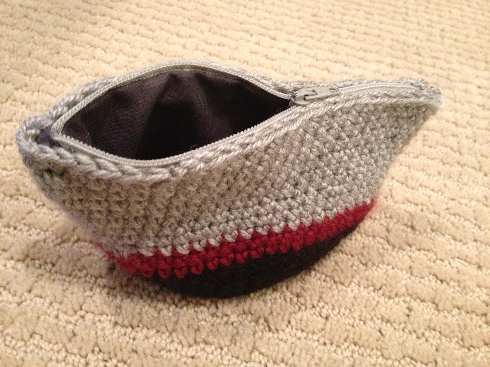 Crochet Zipper Pouch Tutorial : here is the pattern that I used. Sadly it is in French but the pattern ...