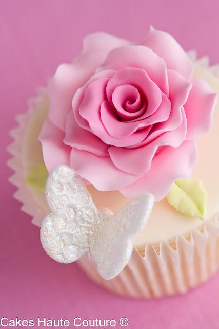 Cupcakes con rosas y mariposas de azúcar