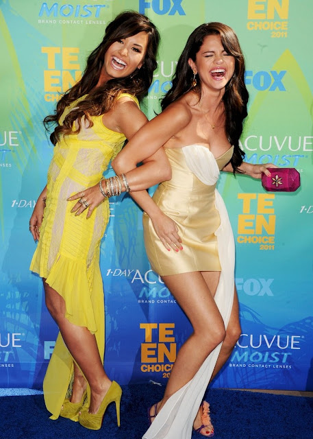 Demi Lovato Y Selena Gomez; Abrazos En Los Tca 2011
