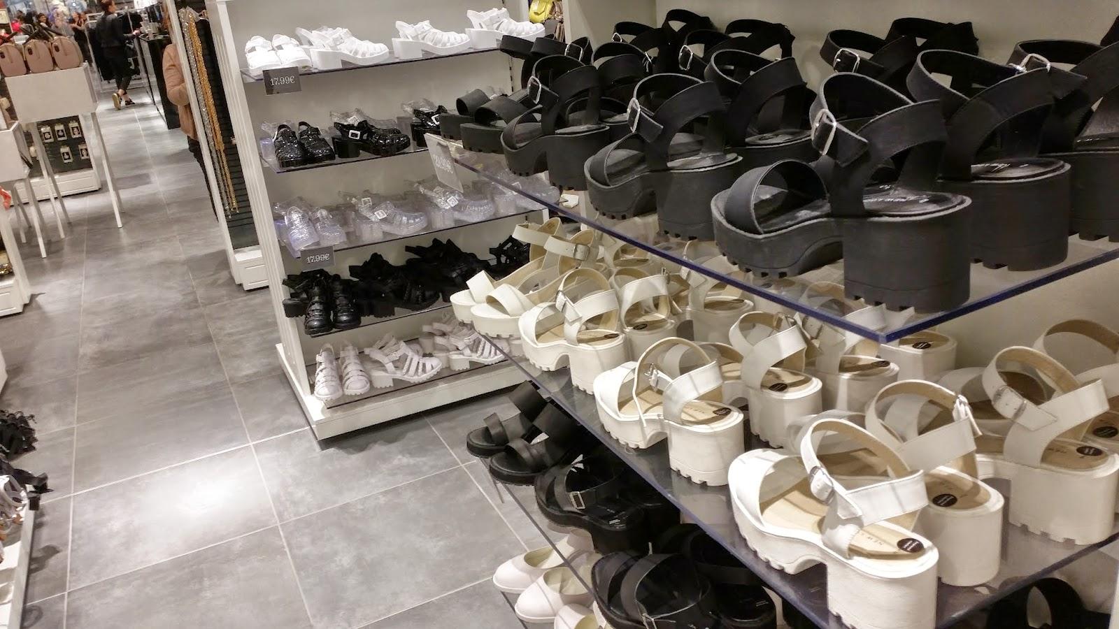 chaussures, sandales blanches et noires