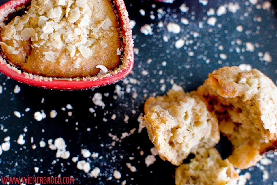 Rhabarber-weisse Schokolade-Tonkabohne-Hafer-Muffins / Rhubarb white chocolate oat muffins with tonka bean [wienerbroed.com]