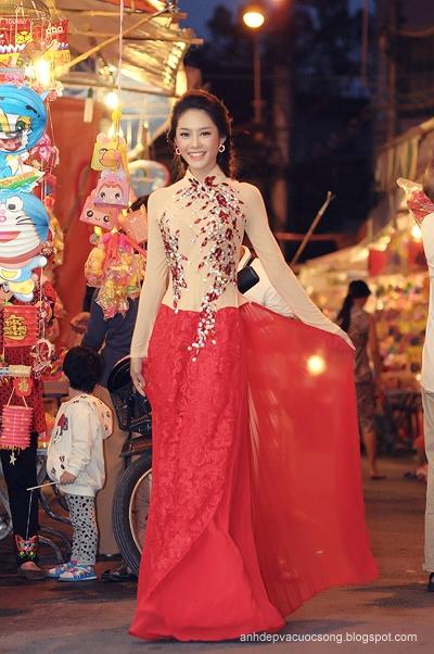 Á khôi Linh Chi dạo phố đèn lồng