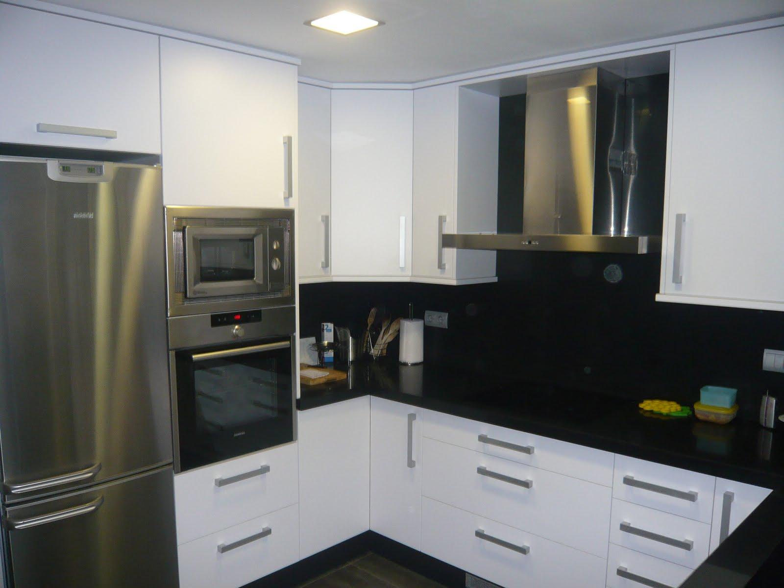 Reuscuina cocina de formica blanca con silestone negro for Cocinas blancas con silestone