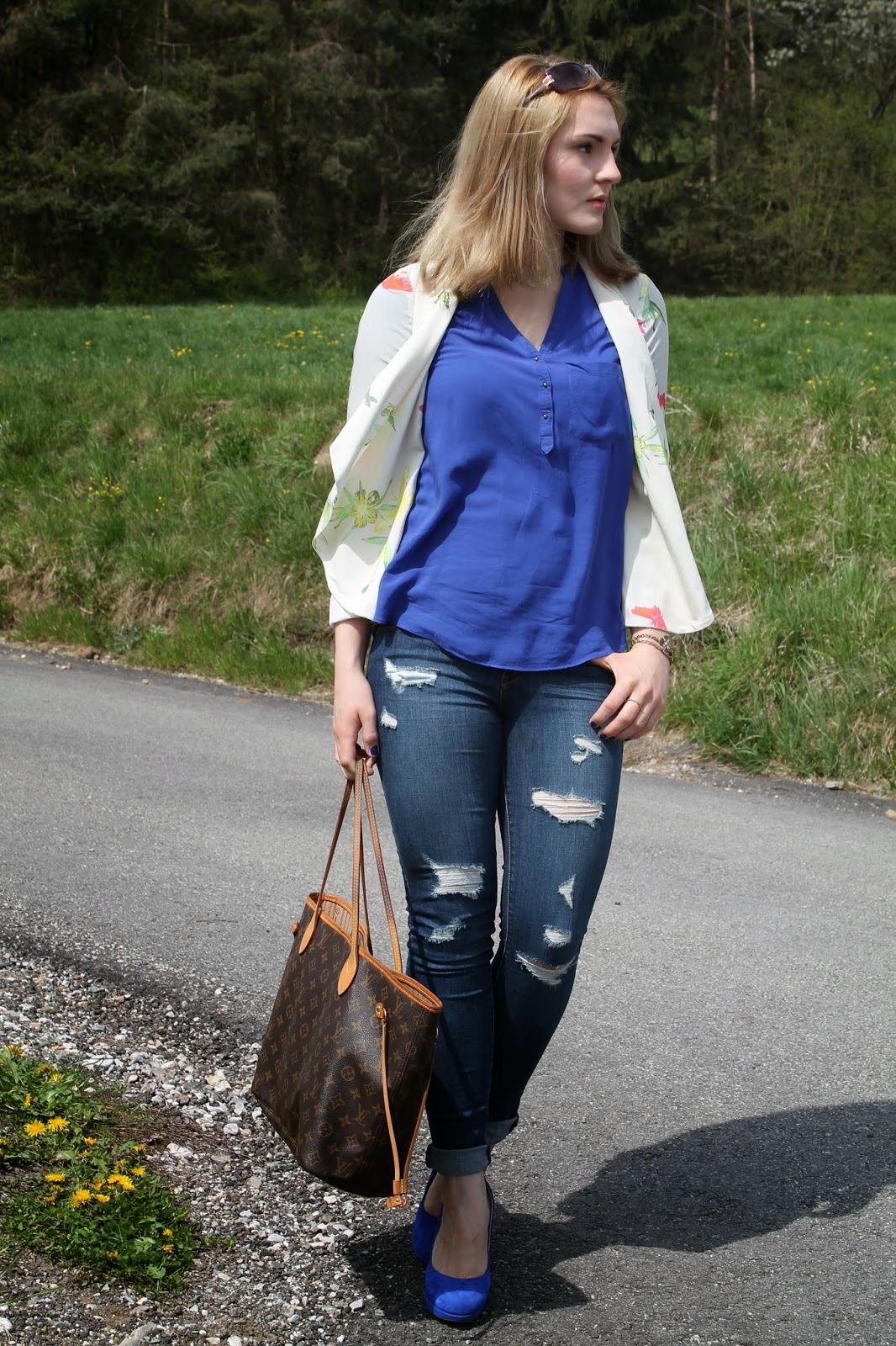 Fashionblogger Austria / Fashionblogger Österreich / Blogger Austria / Blogger Österreich / Kärnten / Carinthia / Köttmannsdorf / Lavender Star / Svetlana / Spring Look / Spring Style / Spring Outift / White Blazer / Flower Blazer / Heels Blue / Ripped Jeans / Louis Vuitton Neverfull / Zara / Deichmann /