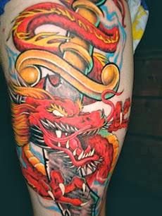 Tatuagens de dragão coloridas na perna