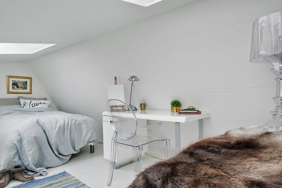 sypialnia, biuro, biurko, białe wnętrza, styl skandynawski