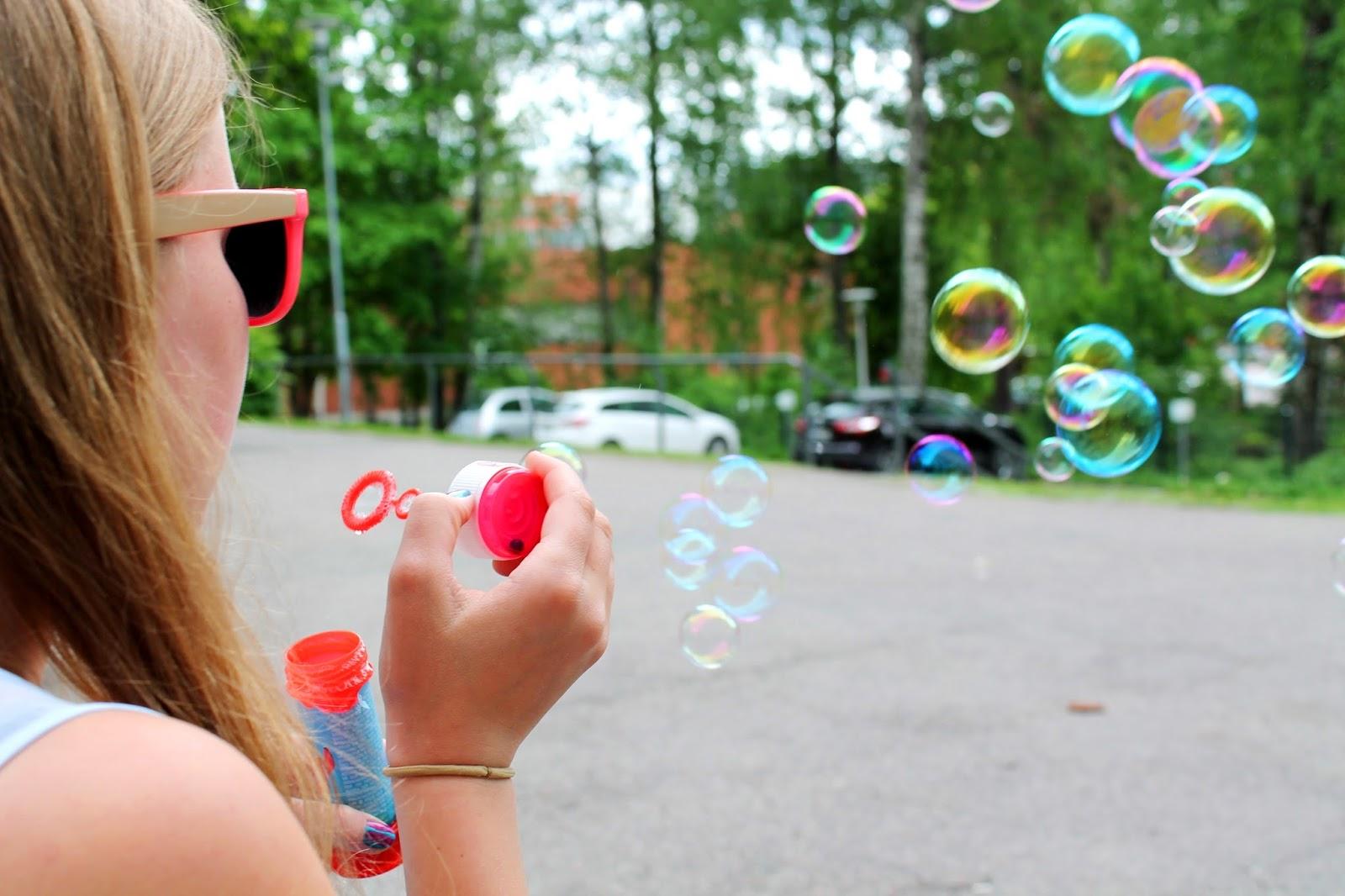 Blowing bubbles | Alinan kotona blog