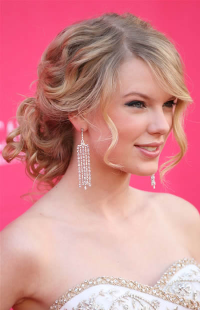 taylor swift with curly hair