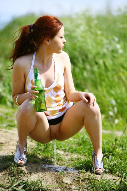 Mulheres Uns Est O Tirando As Roupas E Eibindo Sua Nudez Algumas