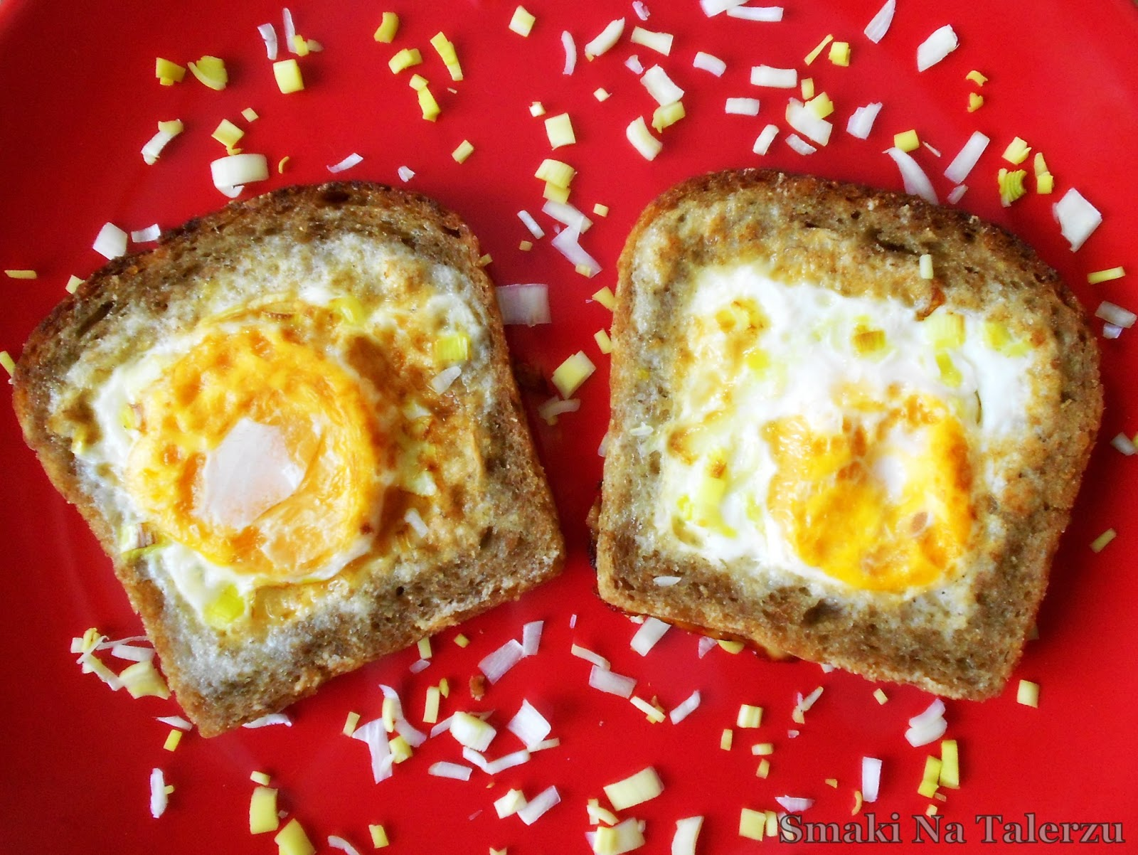 Jajka (o)sadzone w pełnoziarnistych grzankach
